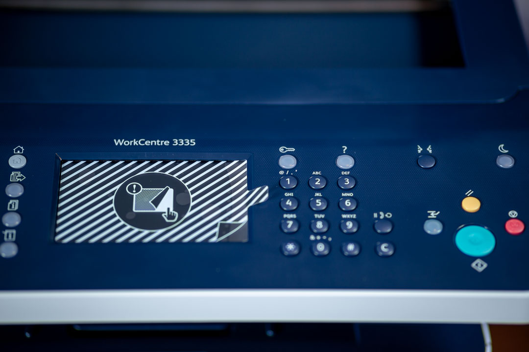 """Xerox multifunkciós irodai lézernyomtató - 3335V_DNI 4,3"""" érintőképernyő és gombok"""